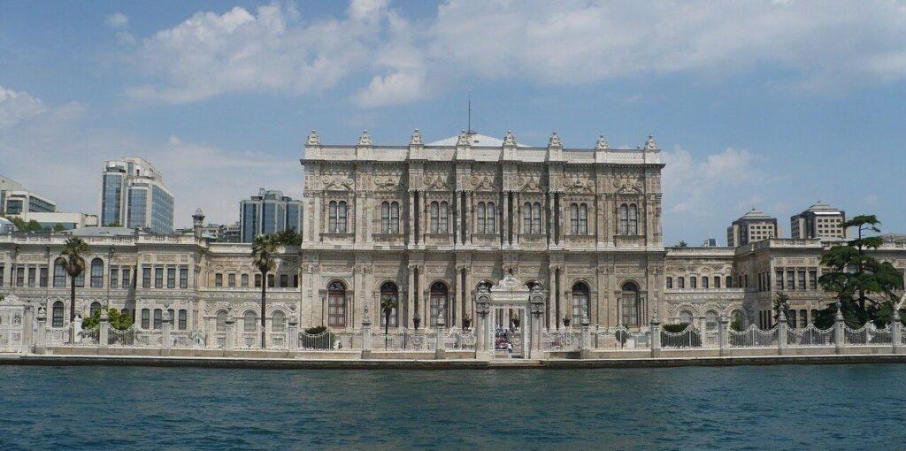 Дворец Долмабахче фото с пролива Босфор