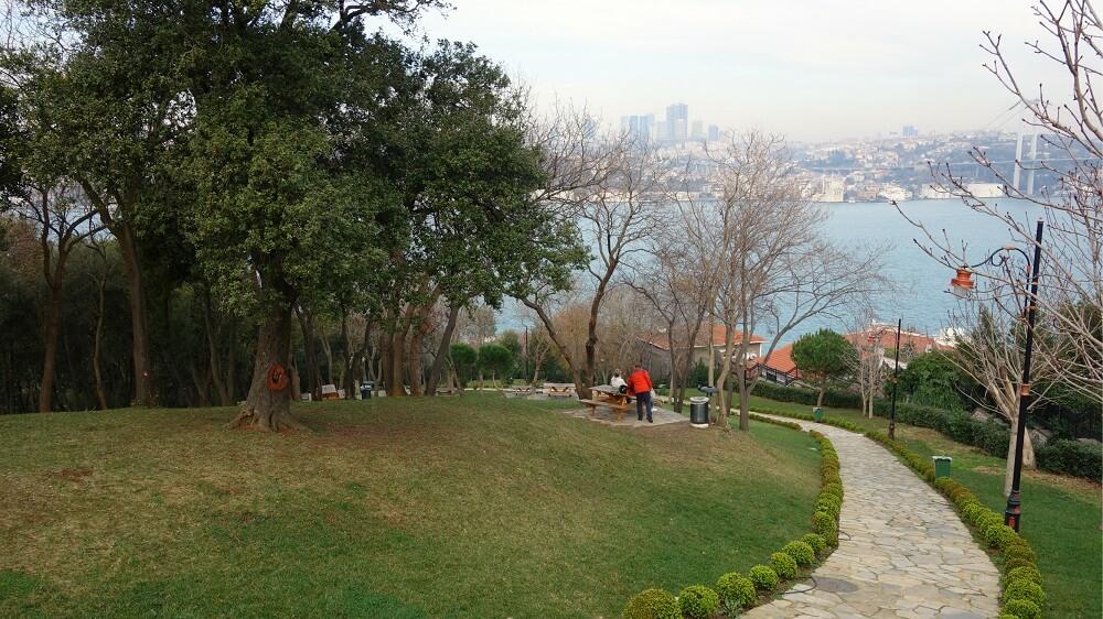 Зона для пикника в парке Фетхи Паша