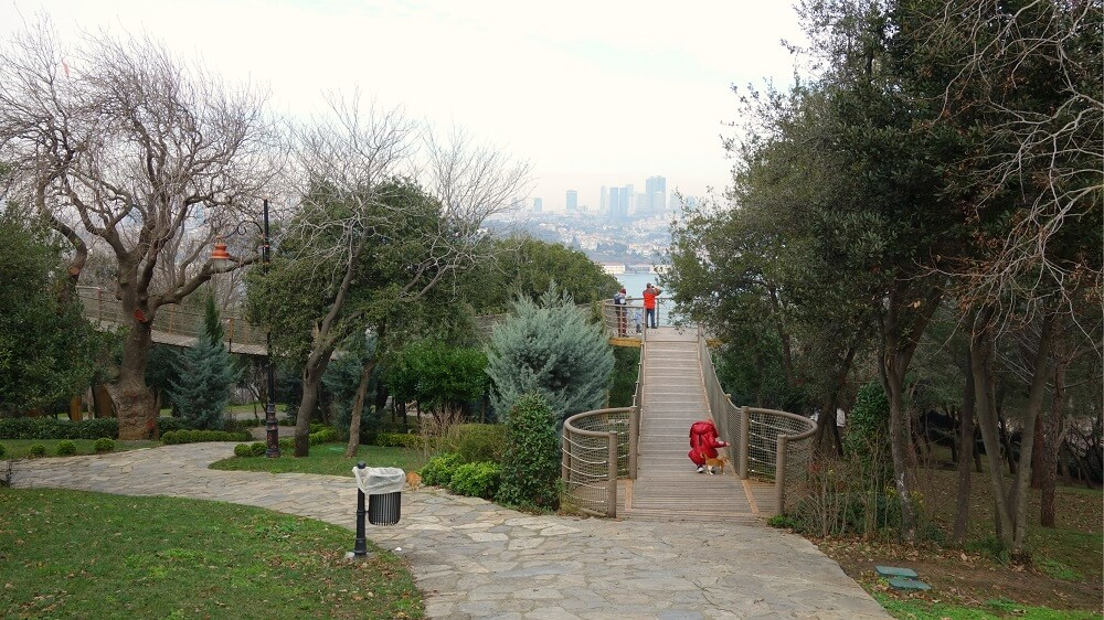 Смотровая площадка в парке Фетхи Паша с видом на Босфор в Стамбуле