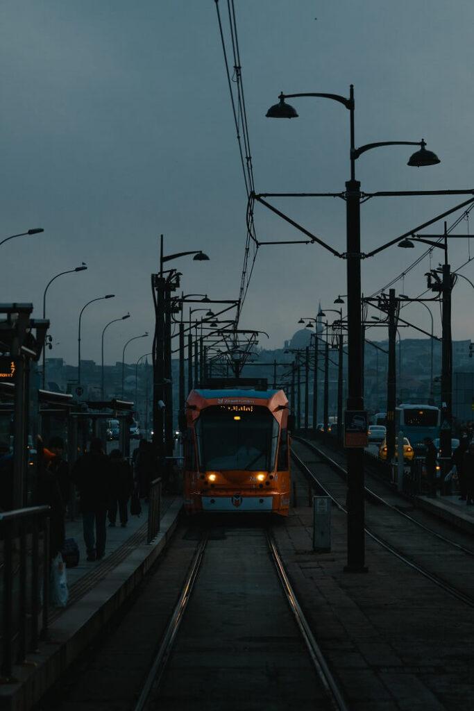 Трамвай на Галатском мосту в Стамбуле