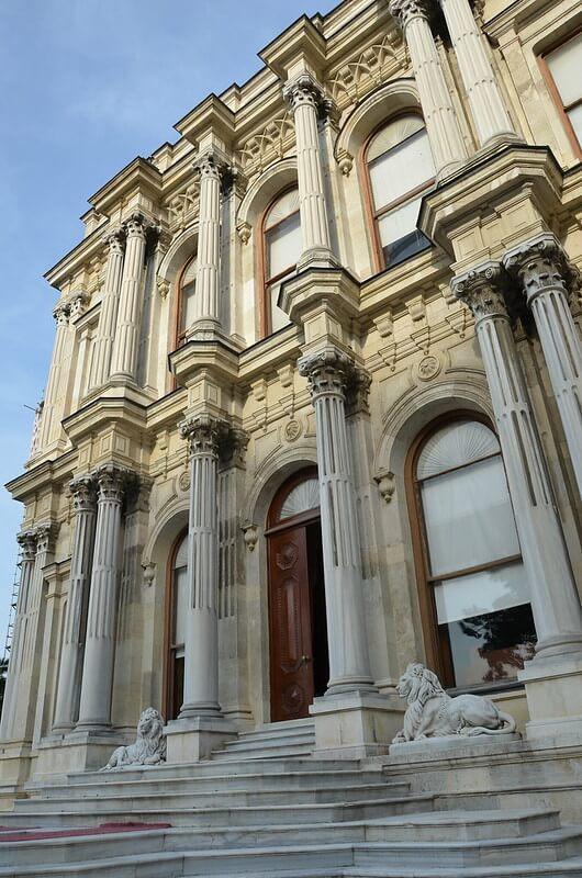 Фасад Бейлербейи в Стамбуле