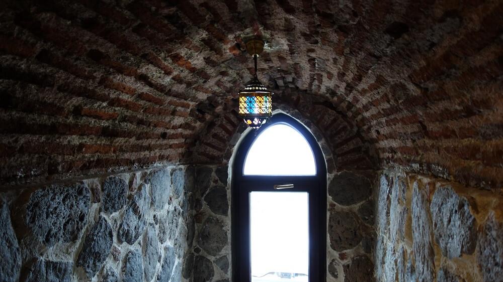 Фото окна на лестнице из Галатской башни